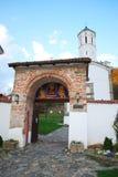 Entrata ad un monastero serbo Fotografie Stock Libere da Diritti
