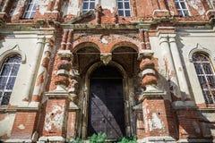 Entrata ad una vecchia chiesa ortodossa abbandonata del mattone rosso Fotografia Stock Libera da Diritti