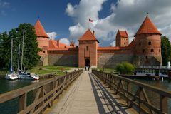 Entrata al castello dell'isola di Trakai immagine stock