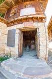 Entrata al cortile della chiesa di San Nicola nel villaggio di Zheravna in Bulgaria Fotografia Stock