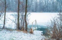 Entrata al ghiaccio-foro sul fiume di inverno Fotografie Stock Libere da Diritti