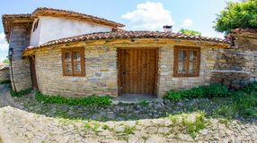 Entrata al maso nel paesino di montagna di Zheravna in Bulgaria Fotografia Stock