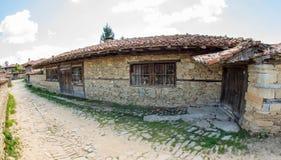 Entrata al maso nel paesino di montagna di Zheravna, Bulgaria Fotografia Stock