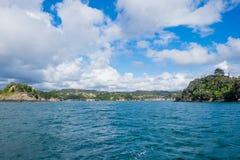 Entrata al porto ed al porticciolo di Tutukaka veduti dalla linea costiera Immagini Stock