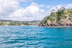 Entrata al porto ed al porticciolo di Tutukaka veduti dalla linea costiera Immagini Stock Libere da Diritti