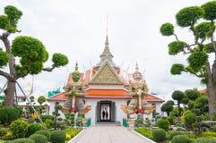 Entrata al tempio buddista di Wat Arun, a Wat Arun Ratchawararam o al Temple of Dawn Iconico della Tailandia decorato da ceramica Immagini Stock Libere da Diritti