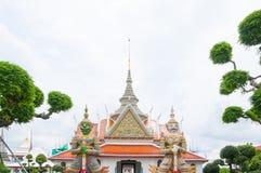 Entrata al tempio buddista di Wat Arun, a Wat Arun Ratchawararam o al Temple of Dawn Iconico della Tailandia decorato da ceramica Immagine Stock Libera da Diritti