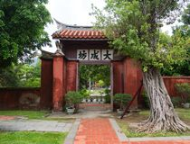 Entrata al tempio di Confucio, parco con architettura del cinese tradizionale immagini stock