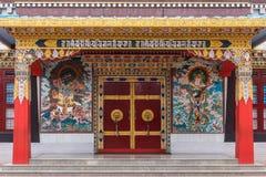 Entrata al tempio di Zangdog Palri, monastero buddista di Namdroling, fotografie stock
