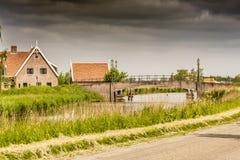 Entrata al villaggio rurale nella campagna olandese netherlands immagine stock