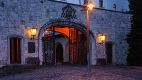 Entrata all'abbazia di Pannonhalma alla notte immagini stock
