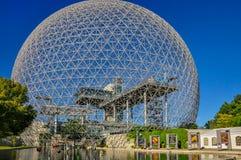Entrata alla biosfera a Montreal un giorno soleggiato fotografie stock libere da diritti