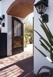 Entrata alla casa ispirata spagnola del palazzo Fotografia Stock