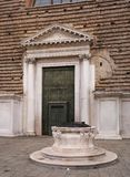 Entrata alla chiesa di San Marcuola Venezia L'Italia Nella priorità alta è un pozzo medievale Nel quadrato davanti a Fotografia Stock