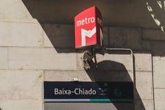 Entrata alla metropolitana di Lisbona, Portogallo, alla fermata di Baixa-Chiado fotografia stock