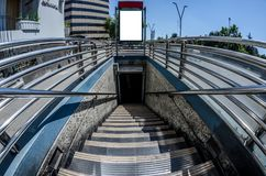 Entrata alla metropolitana di Santiago con la scatola leggera disponibile per pubblicità fotografia stock libera da diritti