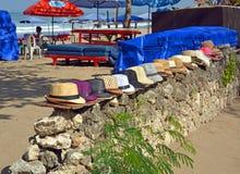 Entrata alla spiaggia di Legian compreso gli ombrelloni ed i cappelli Fotografie Stock Libere da Diritti