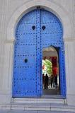 Entrata alla stazione di votazione, portello blu tradizionale Fotografie Stock Libere da Diritti