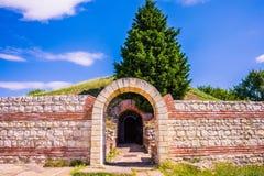 Entrata alla tomba antica Heroon di Thracian in Pomorie, Bulgaria immagini stock libere da diritti