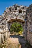 Entrata alla vecchia fortezza della città di Sutomore Fotografia Stock Libera da Diritti