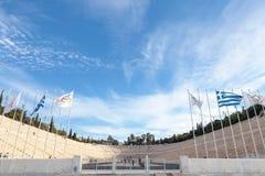 Entrata allo stadio panatenaico, con la bandiera olimpica e la bandiera greca nella parte anteriore fotografia stock