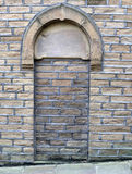 Entrata alta ed annerita di Bricked in una vecchia costruzione di pietra Immagini Stock Libere da Diritti