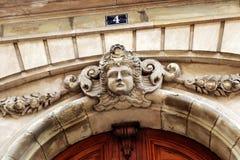 Entrata anteriore capa del ` s della donna della scultura del façade edificio di Parigi fotografia stock libera da diritti