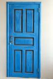 Entrata anteriore di una casa con una porta blu Fotografia Stock