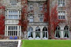 Entrata anteriore in pietra e vite, proprietà terriera di Adare, villaggio di Adare, Irlanda, ottobre 2014 Fotografia Stock
