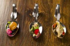 Entrata, antipasto e dessert di cibo da mangiare con le mani in un cucchiaio fotografie stock libere da diritti