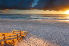 Entrata australiana della spiaggia con le scale in priorità alta ad alba Fotografie Stock Libere da Diritti