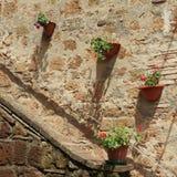 Entrata con i fiori del geranio, Toscana Fotografia Stock Libera da Diritti