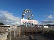 Entrata con il segno allo stato dell'annuale cinquantesimo giusto con la ruota panoramica a Fotografie Stock