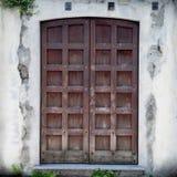 Entrata con la vecchia porta d'annata immagini stock libere da diritti