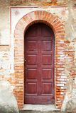 Entrata con la vecchia porta d'annata fotografie stock libere da diritti