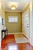 Entrata con le pareti ed il pavimento verdi della ciliegia. Fotografia Stock