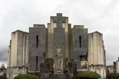 Entrata del cimitero custodetta dall'angelo della morte Immagine Stock