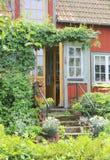 Entrata del cottage rosso di estate Immagine Stock Libera da Diritti