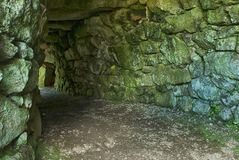 Entrata del fogou al cairn Euny, Cornovaglia immagini stock libere da diritti