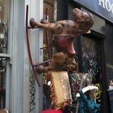 Entrata del mercato delle pulci con le merci antiquate visualizzate nella città di Londra Fotografie Stock