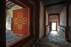 Entrata del monastero e dettaglio architettonico della porta di legno, Bhutan Immagini Stock