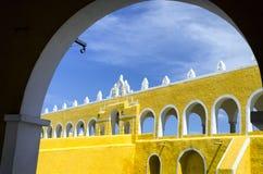 Entrata del monastero in Izamal Immagini Stock Libere da Diritti