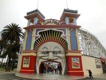 Entrata del parco di divertimenti di Melbourne Luna Park con la gente fotografia stock libera da diritti
