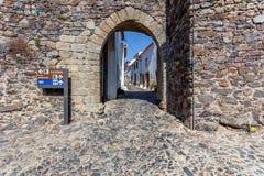 Entrata del portone della città nelle fortificazioni medievali di Castelo de Vide Fotografia Stock Libera da Diritti