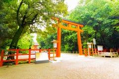Entrata del portone di Torii del santuario di Shimogamo inclinata Fotografia Stock