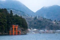 Entrata del santuario di Hakone accanto al lago Immagine Stock