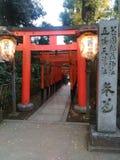 Entrata del santuario di Hanazono Inari fotografie stock libere da diritti