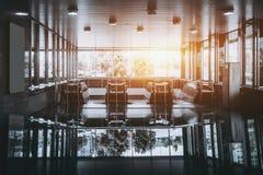 Entrata del sottopassaggio con parecchie scale mobili Immagine Stock