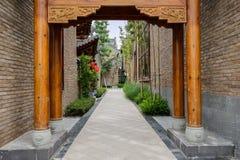 Entrata del vicolo fra costruzione tradizionale cinese Immagine Stock