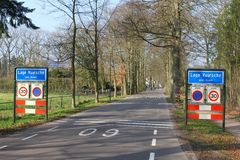 Entrata del villaggio rurale Lage Vuursche, Baarn, Paesi Bassi Fotografie Stock Libere da Diritti